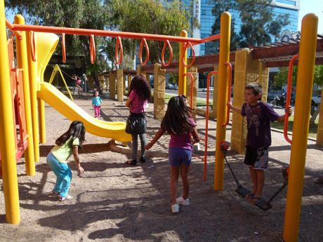 Fotos de niños jugando en el parque - Imagui