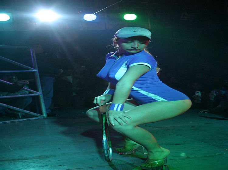 Bailarina chilena con raqueta en vagina